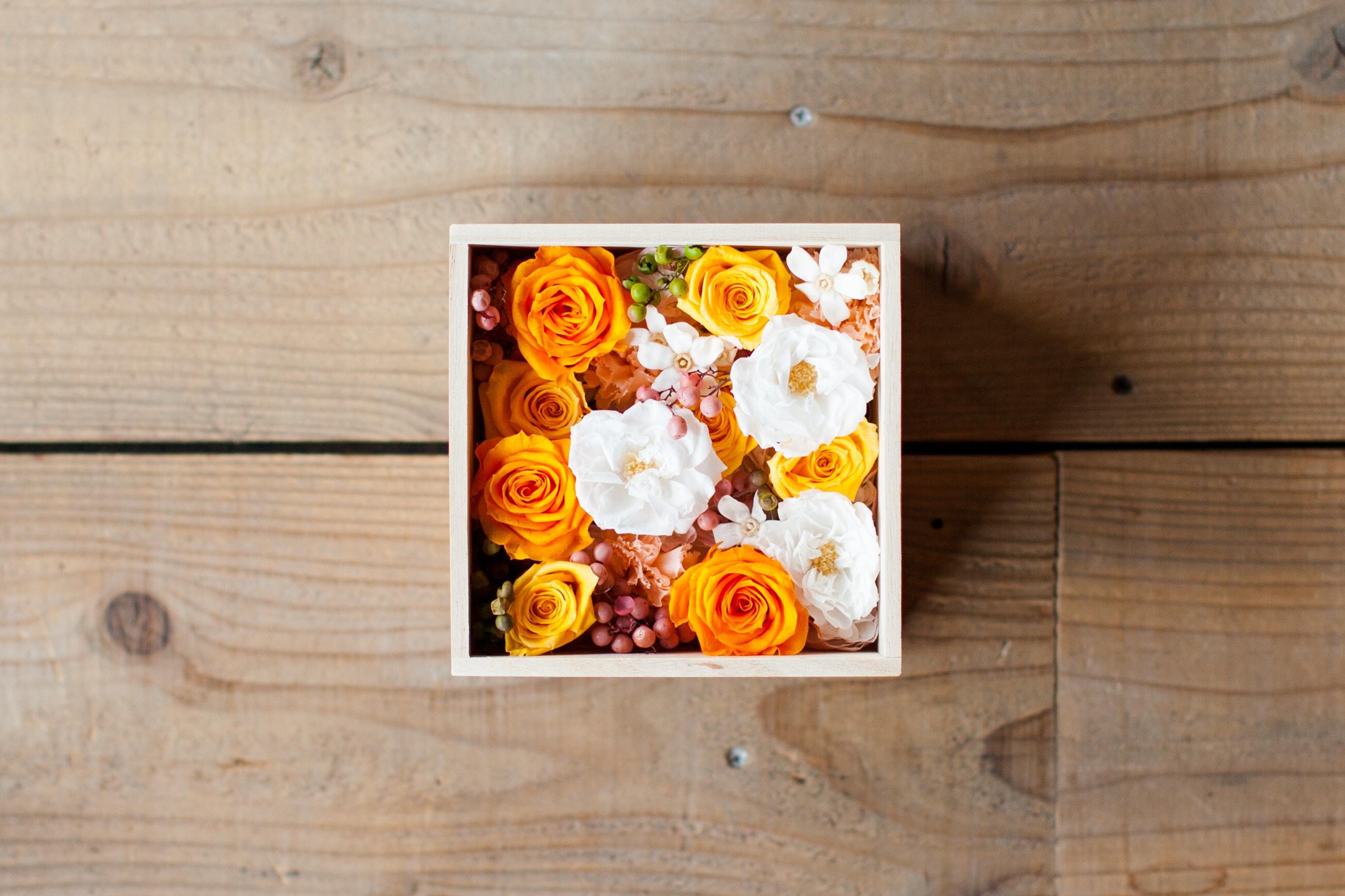 木箱のギフトボックスに詰められている花