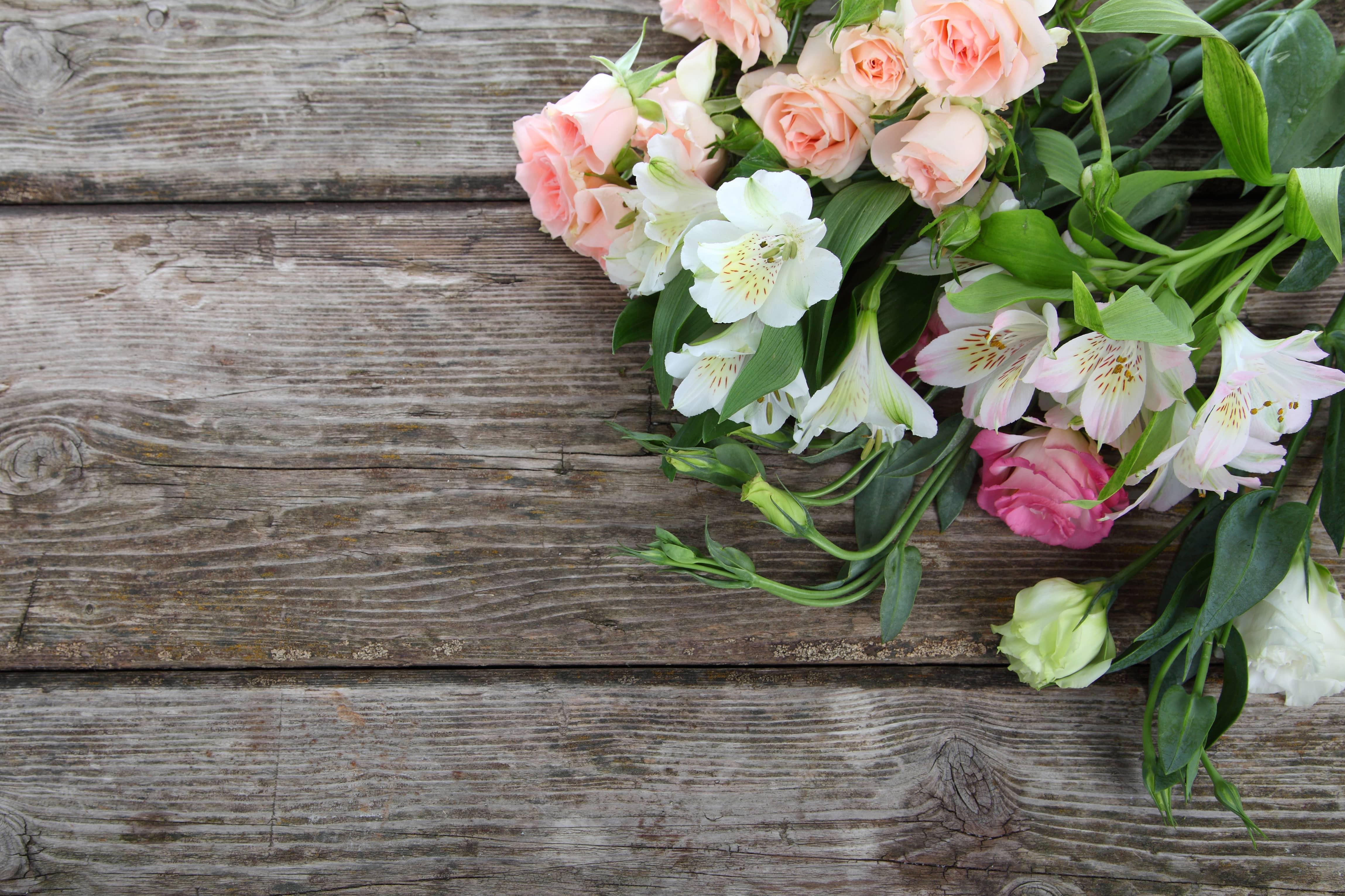 テーブルの上に置かれた花