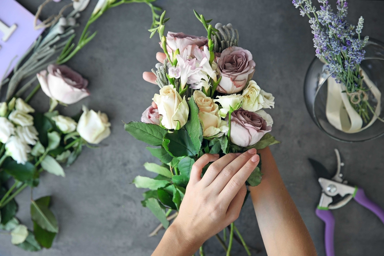 花束が包まれている様子